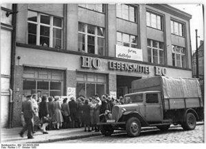 Für viele Deutsche wieder erstrebenswert: Soziale Kontakte pflegen in der Wartschlange.